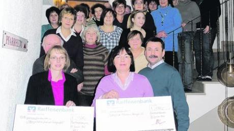 Jeweils 1500 Euro spendete die Dorfgemeinschaft Oberottmarshausen an die Elterninitiative und den Förderkreis. Foto: Katja Doblaski