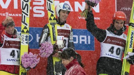 Andreas Wank (r) freut sich über seinen dritten Platz in Sapporo. Foto: Kimimasa Mayama dpa