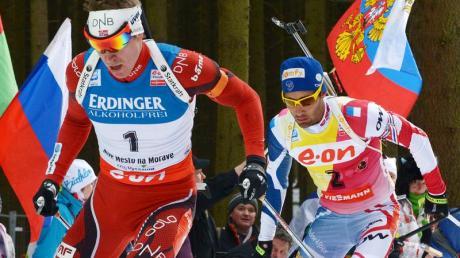 Emil Hegle Svendsen (l) mit Martin Fourcade im Schlepptau. Foto: Martin Schutt