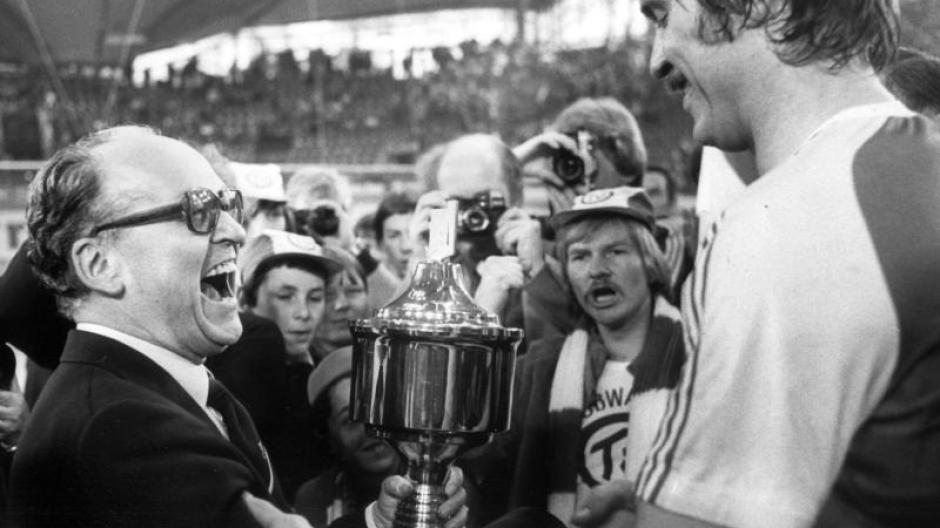 Das waren noch Zeiten: Der TV Großwallstadt bekommt 1980 den Supercup überreicht. Vorbei. Jetzt ist der Verein nur noch zweitklassig.