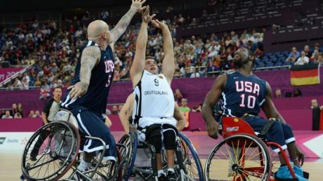 Sebastian Magenheim (M) wird bei den Paralympics von zwei US-Spielern attackiert.