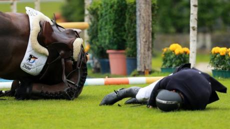 Andreas Kreuzer stürzt mit seinem Pferd Balounito. Foto: Rolf Vennenbernd