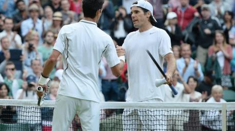 Tommy Haas (r) gratuliert Novak Djokovic zum Sieg.