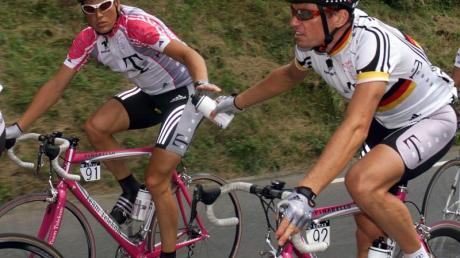 Udo Bölts (r) und Jan Ullrich 1999 bei einem Rennen in San Sebastian. Foto: GeroBreloer