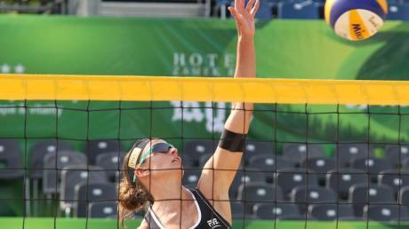 Katrin Holtwick spielt in Stare Jablonki einen Ball über das Netz. Foto: Tomasz Waszczuk