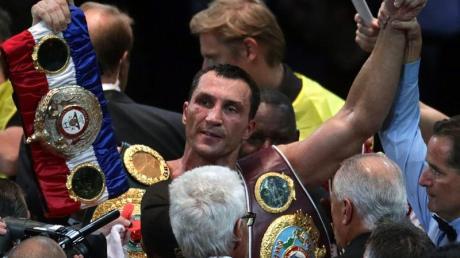 Wladimir Klitschko (M) wird nach seinem Sieg über Alexander Powtkin gefeiert.