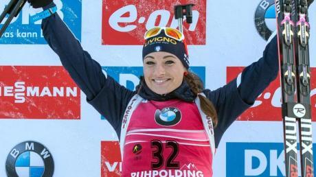 Dorothea Wierer feiert ihren Sieg beim Lauf über 15 Kilometer in der Chiemgau Arena. Foto: Matthias Balk