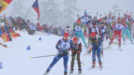 Beim Massenstart gehen 30 Athleten zeitgleich ins Rennen. Vier Schießeinlagen stehen auf dem Programm (liegend-liegend-stehend-stehend), die Laufstrecken betragen 12,5 Kilometer bei den Damen und 15 Kilometer bei den Herren.