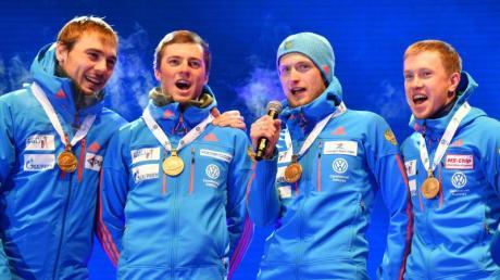 Russlands Biathleten singen die ihre Nationalhymne. Foto: Barbara Gindl