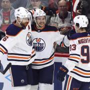 Die Edmonton Oilers feiern ein Tor gegen das Team der Ottawa Senators. Foto: Fred Chartrand/The Canadian Press