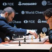 Hochkonzentriert sitzen Schachrijar Mamedscharow (l) und Fabiano Caruana im Kühlhaus am Brett. Foto: Soeren Stache