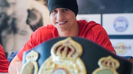 Tyron Zeuge posiert mit seinem WBA-Gürtel im Supermittelgewicht.