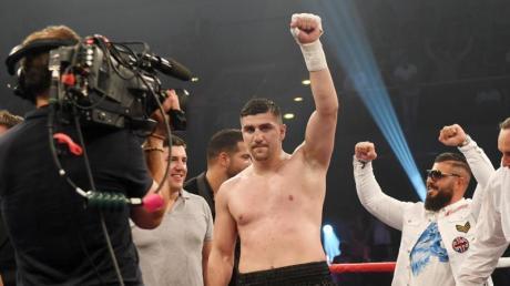 Marco Huck feiert seinen Sieg im Schwergewichtskampf gegen Yakup Saglam.