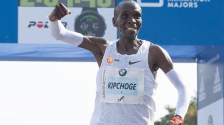 Der Kenianer Eliud Kipchoge stellt beim Berlin-Marathon einen Weltrekord auf.