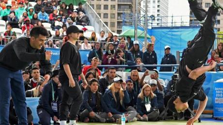 «B4» (r) aus Vietnam beim Finale von Breakdance bei den Olympischen Jugendspielen 2018. Foto: Fabian Ramella
