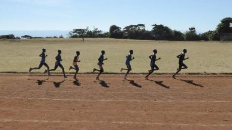 Eine Gruppe kenianischer Läufer zieht auf der Sandbahn des Sportplatzes in Iten ihre Runden. Foto:Bernd Röder/dpa