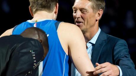 Detlef Schrempf (r) umarmt Dirk Nowitzki nach dessen letztem Haimspiel.