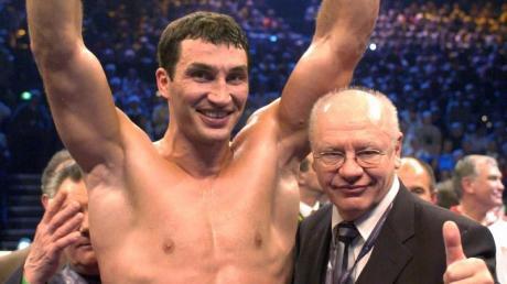 Klaus-Peter Kohl posiert 2003 im Ring mit Wladimir Klitschko. Foto: Maurizio Gambarini/Zentralbild/dpa