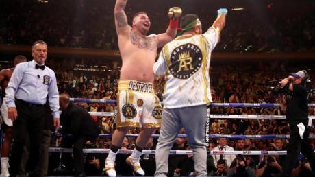 Andy Ruiz Jr. (M.) hüpft vor Freude nach seinem Sieg.