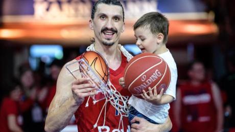 Nihad Djedovic von München jubelt mit der Auszeichnung «Most Valuable Player» in der Hand und seinem Sohn auf dem Arm.