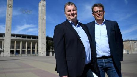 ARD-Sportkoordinator Axel Balkausky (l) und ZDF-Sportchef Thomas Fuhrmann posieren vor dem Berlienr Olympiastadion. Foto:Britta Pedersen
