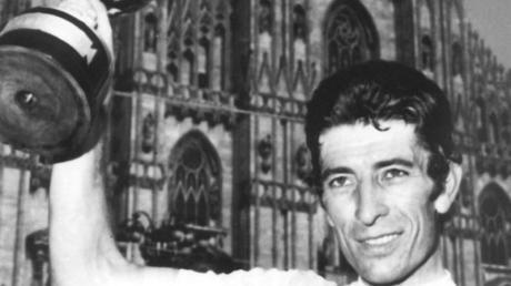 Der italienische Radrennfahrer Felice Gimondi feierte 1976 in Mailand seinen dritten Gesamtsieg beim Giro d'Italia. Foto: UPI