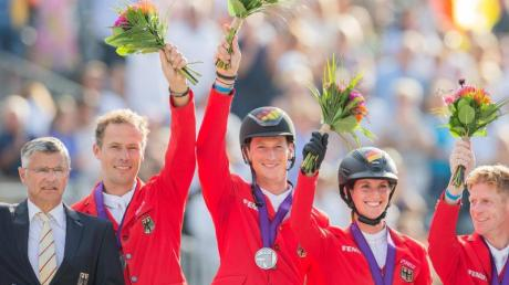 Christian Ahlmann (l-r), Daniel Deußer, Simone Blum und Marcus Ehning feiern ihr EM-Silber in Rotterdam.
