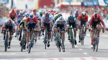 Beim Sieg von Fabio Jakobsen (l, vorn) wird Maximilian Walscheid (r, vorn) Dritter.