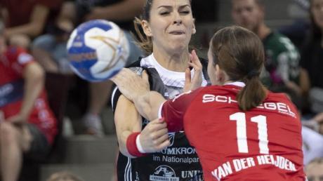 Bietigheims Laura van der Heijden (r) spielt gegen Thüringens Iveta Koresova. Foto: Thomas Kienzle