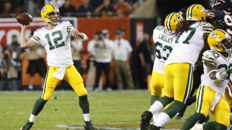 Führte die Green Bay Packers in Chicago zum Sieg: Aaron Rodgers (l). Foto: Charles Rex Arbogast/AP