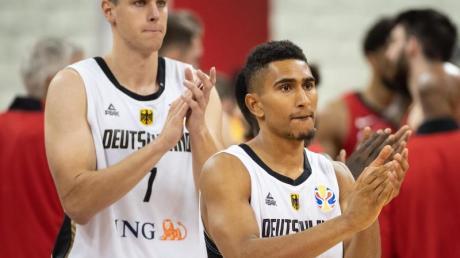 Die deutschenBasketballer haben in China die schlechteste Platzierung ihrer WM-Geschichte erreicht: Johannes Voigtmann (l) und Maodo Lo klatschen nach dem Spiel gegen Kanada.