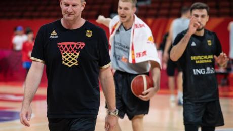 Coach Henrik Rödl (l), Niels Giffey (M) und Ismet Akpinar beim Training.