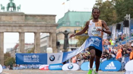Kenenisa Bekele lief beim Berlin Marathon in 2:01:41 Stunden als Erster durchs Ziel.