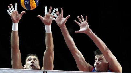 Serbien besiegte im EM-Finale Slowenien: Zwei serbische Spieler blocken einen Ball. Foto: Virginia Mayo/AP