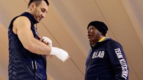 Wladimir Klitschko (l) 2017 während einer Trainingseinheit mit Assistenztrainer James Ali Bashir.