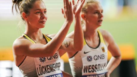 Gina Lückenkemper (l) steht nach dem Rennen neben Staffel-Partnerin Jessica-Bianca Wessolly.