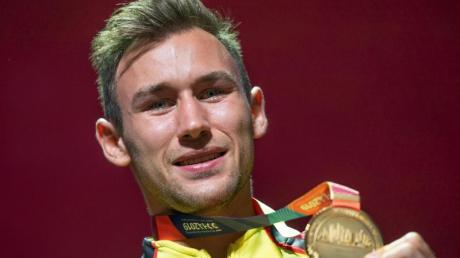 Niklas Kaul zeigt seine Goldmedaille im Zehnkampf.