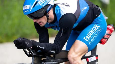 Triathlet Florian Angert beim Radfahren. Foto: Marius Becker/dpa