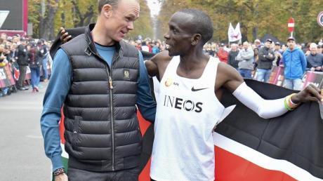 Radstar Chris Froome beglückwünscht Marathon-Weltrekordhalter Eliud Kipchoge in Wien direkt nach dem Zieleinlauf.
