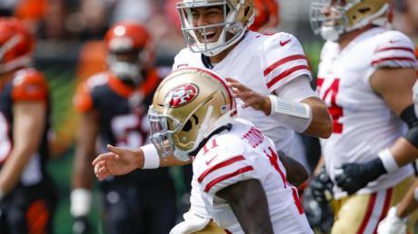 In der NFL weiter auf Siegeszug: Die San Francisco 49ers mit Quarterback Jimmy Garoppolo (M,oben). Foto: Gary Landers/FR171284 AP/dpa