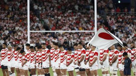 Japans Rugby-Nationalmannschaft gedenkt vor dem Spiel gegen Schottland der Opfer des Taifuns «Hagibis». Foto: -/kyodo/dpa