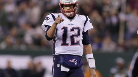 Quarterback Tom Brady und seine New England Patriots haben in der amerikanischen Football-Liga NFL einen deutlichen Auswärtssieg gefeiert. Foto: Adam Hunger/AP/dpa