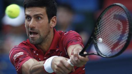 Novak Djokovic schlägt für das serbische Davis-Cup-Team auf. Foto: Andy Wong/AP/dpa