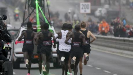 Eliud Kipchoge (M) auf dem Weg zu seiner Marathon-Fabelzeit in Wien. Foto: Ronald Zak/AP/dpa
