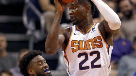 Deandre Ayton (r) von den Phoenix Suns wurde für 25 Spiele gesperrt.