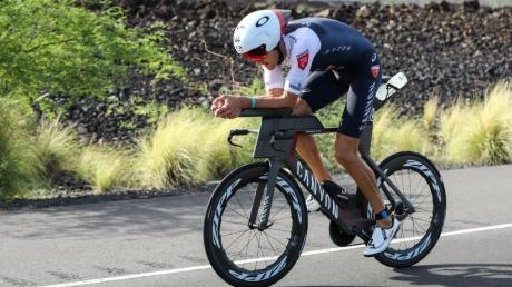 Triathlonstar Jan Frodeno beim Radfahren bei der Ironman-WM auf Hawaii. Foto: David Pintens/BELGA/dpa
