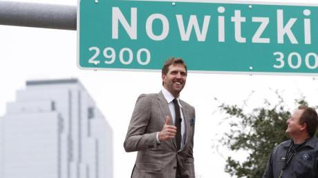 Stolz auf die in Dallas nach ihm benannte Straße: Dirk Nowitzki.