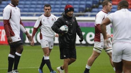 Eddie Jones (M.) will mit England Rugby-Weltmeister werden. Foto: Aaron Favila/AP/dpa