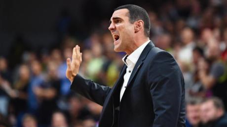 Bambergs Trainer Roel Moors gibt Anweisungen. Foto: Nicolas Armer/dpa