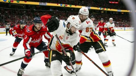 Tobias Rieder (M.) verlor mit den Calgary Flames in Washington. Foto: Al Drago/AP/dpa